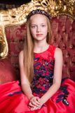 Piccola ragazza sveglia della testarossa che porta un vestito o un costume antico da principessa Fotografia Stock