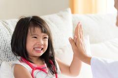 Piccola ragazza sveglia felice su consultazione al pediatra immagine stock libera da diritti