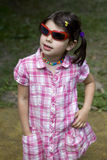 Piccola ragazza sveglia in occhiali da sole immagini stock