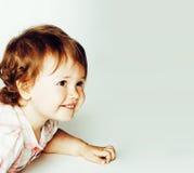 piccola ragazza sveglia su bianco, famiglia sorridente felice della figlia dentro adorabile, concetto moderno della gente di stil Immagini Stock Libere da Diritti