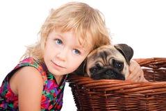 Piccola ragazza triste che abbraccia cane isolato su bianco Immagine Stock