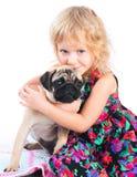 Piccola ragazza triste che abbraccia cane isolato su bianco Fotografia Stock