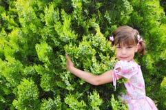 Piccola ragazza in un giardino Fotografia Stock