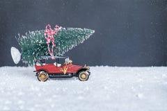 Piccola retro automobile con l'albero di Natale Immagine Stock