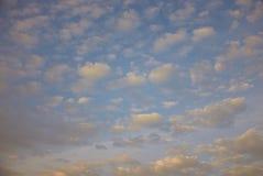 Piccola ripetizione delle nuvole in cielo blu Immagini Stock Libere da Diritti