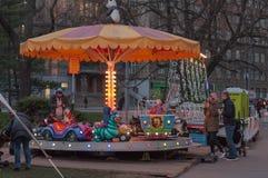 Piccola rotonda, divertimento per i bambini al mercato di Natale fotografie stock