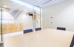 Piccola sala riunioni Ufficio luminoso moderno Immagini Stock