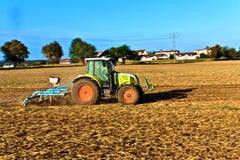 Piccola scala che coltiva con il trattore Fotografie Stock Libere da Diritti