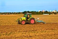 Piccola scala che coltiva con il trattore Immagine Stock Libera da Diritti