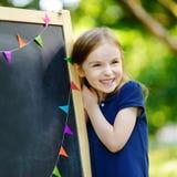 Piccola scolara estremamente emozionante Fotografia Stock
