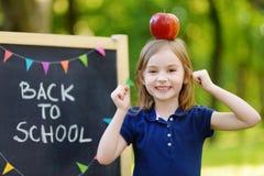 Piccola scolara molto emozionante da una lavagna Fotografia Stock Libera da Diritti