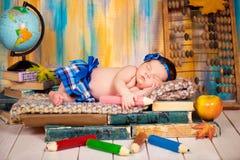 Piccola scolara Un bambino addormentato su un mucchio dei libri Fotografie Stock Libere da Diritti