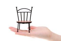 Piccola sedia del giocattolo sulla mano Fotografie Stock Libere da Diritti