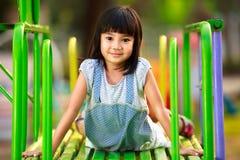 Piccola seduta asiatica della ragazza Fotografie Stock Libere da Diritti
