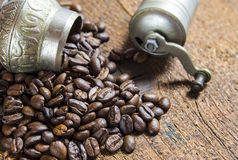 Piccola smerigliatrice del coffe con i chicchi di caffè fotografia stock
