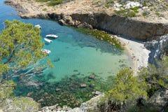 Piccola spiaggia di S'Eixugador vicino al bello villaggio e spiaggia del tonno del Sa, mar Mediterraneo, Catalogna, Spagna Immagini Stock Libere da Diritti