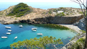Piccola spiaggia di S'Eixugador vicino al bello villaggio e spiaggia del tonno del Sa, mar Mediterraneo, Catalogna, Spagna Fotografie Stock Libere da Diritti