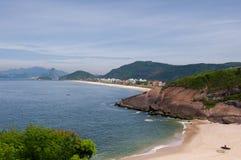 Piccola spiaggia a Niteroi, Brasile Fotografia Stock Libera da Diritti