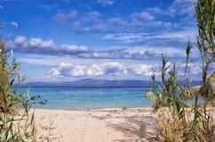 Piccola spiaggia sabbiosa in Sithonia, Chalkidiki, Grecia Immagini Stock