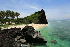 Piccola spiaggia sull'isola vulcanica del LY-figlio - Vietnam immagini stock libere da diritti