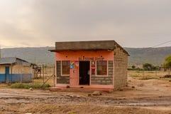 Piccola stalla del blocco in calcestruzzo rosa in Rift Valley del ` s del Kenya fotografie stock