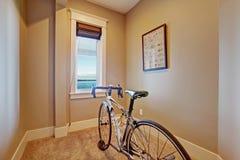 Piccola stanza di esercizio con la bicicletta Immagini Stock