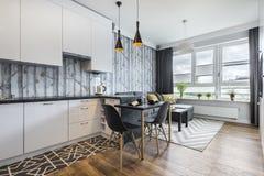 Piccola stanza moderna con la cucina fotografia stock