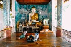 Piccola statua di Buddha alla pagoda di Shwedagon in Rangoon Fotografie Stock