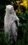 Piccola statua di pietra femminile pregante femminile fotografia stock