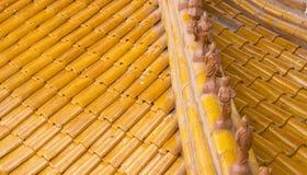 Piccola statua sul tetto del tempio immagine stock