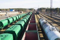 Piccola stazione ferroviaria I carrelli per trasporto dei carichi in serie stanno attendendo il caricamento Fotografie Stock