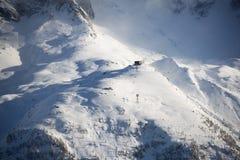 Piccola stazione funicolare sul fianco di una montagna coperto di neve dentro Fotografie Stock Libere da Diritti