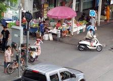Piccola strada alla scena di vita di tutti i giorni dell'angolo della giunzione della via principale a BANGKOK, TAILANDIA Fotografie Stock