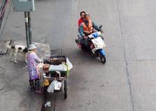 Piccola strada alla scena di vita di tutti i giorni dell'angolo della giunzione della via principale a BANGKOK, TAILANDIA Fotografia Stock Libera da Diritti