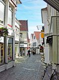 Piccola strada dei negozi nella vecchia città di Stavanger in Norvegia Fotografie Stock Libere da Diritti