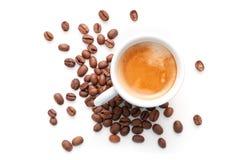 Piccola tazza del caffè espresso con i chicchi di caffè isolati Fotografie Stock Libere da Diritti