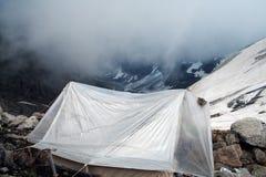 Piccola tenda da un lato della montagna Fotografie Stock Libere da Diritti