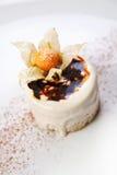 Piccola torta decorata con le bacche Fotografie Stock