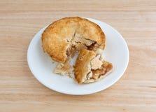 Piccola torta di mele sul piatto sopra un piano d'appoggio Fotografie Stock
