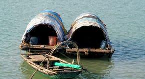 Piccola vecchia casa galleggiante in acqua Immagine Stock