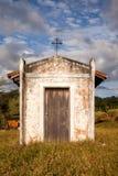 Piccola vecchia chiesa bianca nella campagna immagine stock libera da diritti