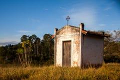 Piccola vecchia chiesa bianca nella campagna fotografie stock