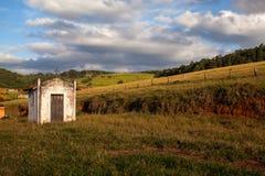 Piccola vecchia chiesa bianca nella campagna fotografie stock libere da diritti