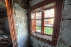 Piccola vecchia finestra in casa abbandonata Fotografie Stock