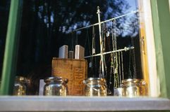Piccola vetrina con le collane e la decorazione fotografia stock libera da diritti