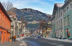 Piccola via alpina della città con le case tipiche Immagini Stock