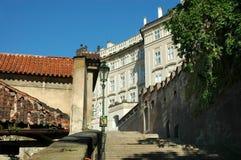 Piccola via di vecchia Praga Immagine Stock
