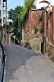Piccola via e vecchie costruzioni Fotografia Stock