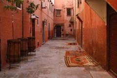 Piccola via in medina di Marrakesh. Il Marocco immagini stock libere da diritti