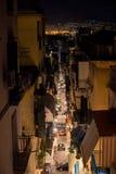 Piccola via stretta di Napoli alla notte Immagini Stock